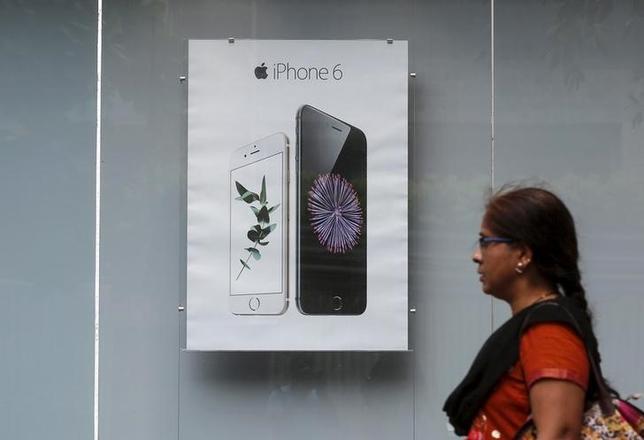 1月26日、米アップルは、iPhone(アイフォーン)の中国での売り上げ急増が沈静化の兆しを見せる中、インドでの販売を強化する考えだ。ムンバイで昨年7月撮影(2016年 ロイター/SHAILESH ANDRADE)