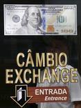 Вход в пункт обмена валюты в Рио-де-Жанейро 24 сентября 2015 года. Доллар с трудом пытается определиться с направлением в среду на фоне заседания ФРС, от которой рынки рынки ждут намеков на дальнейшую политику в области ставок. REUTERS/Sergio Moraes