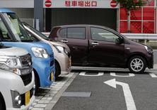 Автомобили Daihatsu Motor Co. у дилерского центра компании в Токио 11 ноября 2014 года. Компания Toyota Motor Corp сообщила, что собирается выкупить оставшуюся часть Daihatsu Motor Co, сделка оценивается в $3,2 миллиарда с учётом нынешних рыночных цен. REUTERS/Yuya Shino