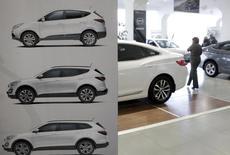 Автомобили в дилерском центре Hyundai в Ставрополе 17 декабря 2014 года. Господдержка авторынка, включающая субсидирование ставок по автокредитам, привела к росту доли продаж автомобилей в кредит до 37,1 процента с 35,2 процента, посчитали Национальное бюро кредитных историй (НБКИ) и аналитическое агентство Автостат. REUTERS/Eduard Korniyenko