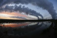Электростанция RWE близ города Нейрат. 14 ноября 2013 года. Германия понизила прогноз экономического роста на 2016 год с 1,8 до 1,7 процента, сообщило немецкое правительство, поскольку экономический спад на развивающихся рынках осложняет жизнь экспортёров крупнейшей экономики Европы. REUTERS/Ina Fassbender