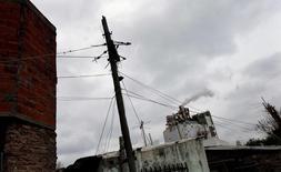 Imagen de archivo de un poste de alta tensión en el barrio bonaerense Villa Palito, jul 29, 2015. Argentina informó el miércoles que elevará las tarifas de electricidad a partir del 1 de febrero, eliminando a su vez los subsidios que otorgaba a parte de la población y que hicieron de los precios de la energía del país sudamericano uno de los más bajos de la región.  REUTERS/Marcos Brindicci