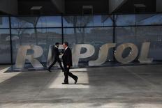 La compagnie pétrolière espagnole Repsol a passé une provision de 2,9 milliards d'euros pour dépréciation de la valeur de ses réserves de pétrole à la suite de la récente chute des cours du baril de brut. /Photo d'archives/REUTERS/Susana Vera