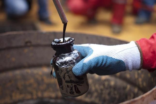 1月28日、米原油先物はアジアの取引で1%超下落している。モリチャルで2011年7月撮影(2016年 ロイター/Carlos Garcia Rawlins)