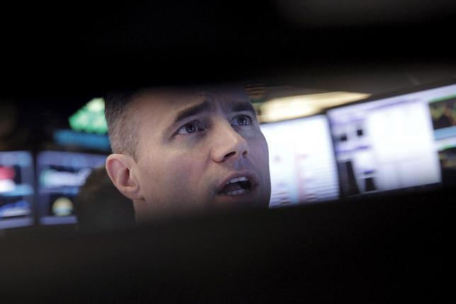 1月27日、中国経済の減速や原油価格急落、米国の利上げなどへの懸念から、欧州株の多くは昨年の高値からの下落率が20%を超え、投資家は巨額の損失に見舞われている。写真はニューヨーク証券取引所のトレーダー(2016年 ロイター/Brendan McDermid)