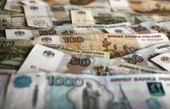 Рублевые купюры. Варшава, 22 января 2016 года. Рубль в четверг достиг двухнедельных максимумов в паре с долларом из-за ускорившегося роста нефтяных цен в надежде на сотрудничество России и ОПЕК, за счет текущего снижения валюты США на форексе, а также благодаря продажам экспортной выручки под уплату налога на прибыль. REUTERS/Kacper Pempel