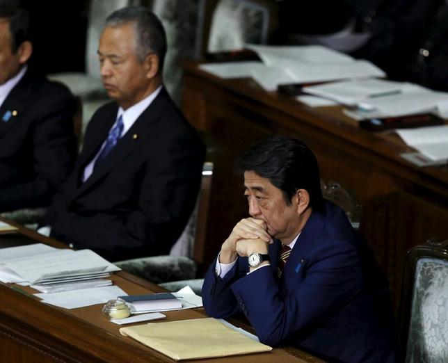1月28日、安倍晋三内閣の重要閣僚としてアベノミクスの強力な推進役だった甘利明氏(写真左)が、閣僚辞任を表明した。右は安倍首相、国会で22日撮影(2016年 ロイター/Toru Hanai)