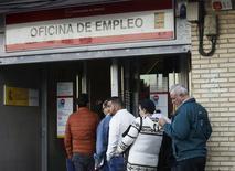 La tasa de paro en España cayó entre octubre y diciembre de 2015 0,29 puntos porcentuales para situarse en el 20,90 por ciento, su nivel más bajo desde el segundo trimestre de 2011, dijo el jueves el Instituto Nacional de Estadística (INE). En la imagen, varias personas hacen cola en una oficina de empleo en Madrid, el 22 de octubre de 2015.  REUTERS/Andrea Comas