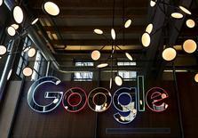 Google, à suivre jeudi sur les marchés américains. La brigade financière italienne soupçonne le géant d'internet d'une évasion fiscale d'un montant de 227 millions d'euros entre 2009 et 2013. /Photo prise le 14 janvier 2016/REUTERS/Peter Power