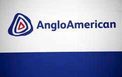 El logo de Anglo American visto en Rusternburg. 5 de octubre de 2015. La minera global Anglo American produjo más mineral de hierro el año pasado luego de que el aumento de la extracción en su yacimiento de Minas-Rio en Brasil compensó un declive en la producción de su filial Kumba en Sudáfrica. REUTERS/Siphiwe Sibeko