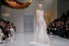 Modelo apresenta vestido da estilista chinesa Guo Pei em Paris.  27/1/2016. REUTERS/Gonzalo Fuentes