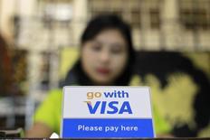 Visa, le premier émetteur mondial de cartes de crédit et de débit, a fait état jeudi de résultats trimestriels supérieurs aux attentes et a maintenu ses prévisions annuelles alors que nombre d'analystes financiers avaient anticipé une révision à la baisse. Le groupe a dégagé sur les trois derniers mois de 2015 un bénéfice net en hausse de 23,7%, à 1,94 milliard de dollars (1,77 milliards d'euros). /Photo d'archives/REUTERS/Soe Zeya Tun