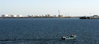 Foto de archivo de una lancha pasando cerca de un muelle petrolero, en el puerto de Kalantari, en la ciudad de Chabahar, Irán. 17 de enero de 2012. Las exportaciones de petróleo de Irán se encaminan a subir más de un quinto en enero y febrero frente al promedio diario del año pasado, mostraron datos de una fuente con conocimiento de sus planes de carga, lo que revela cómo Teherán está aumentando las ventas tras el levantamiento de unas sanciones. REUTERS/Raheb Homavandi/Files