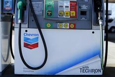 Una gasolinera de Chevron, vista en Encinitas, California. 20 de enero de 2016. La petrolera Chevron Corp reportó el viernes una pérdida en el cuarto trimestre, en momentos en que busca la mejor manera de combatir el desplome de los precios internacionales del crudo. REUTERS/Mike Blake