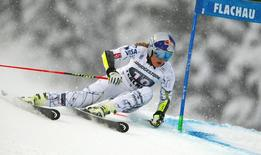 Lindsey Vonn of the U.S. clears a gate in the first run of the women's Alpine Skiing World Cup giant slalom race in Flachau, Austria January 17, 2016.     REUTERS/Dominic Ebenbichler