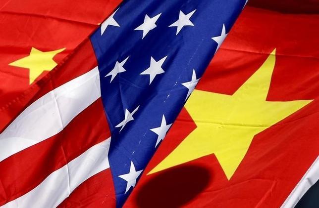 1月27日、台湾に武器を輸出する米国の防衛関連企業に対して中国が制裁を科すと警告したことは、米国の政府当局者や企業幹部にとっては特に意外ではなかったはずだ。写真は日米両国の国旗。北京で2011年撮影(2016年 ロイター)