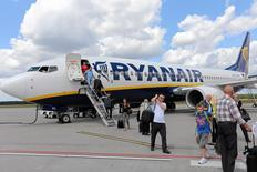 Ryanair a réaffirmé sa prévision de bénéfice annuel, la hausse du trafic ayant compensé la baisse des prix ces derniers mois, tout en annonçant la distribution à ses actionnaires de 800 millions d'euros par le biais de rachats d'actions. /Photo d'archives/REUTERS/Franciszek Mazur/Agencja Gazeta