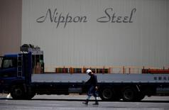 Nippon Steel & Sumitomo Metal, premier sidérurgiste japonais, a annoncé un projet visant à prendre le contrôle de Nisshin Steel, le numéro quatre du secteur, avec pour objectif de réduire leur production d'acier combinée dans un contexte de saturation du marché mondial. /Photo d'archives/REUTERS/Issei Kato