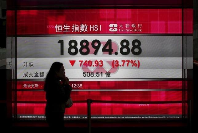 2月1日、香港金融当局が株式の取引停止期間に上限を設けるよう規則の見直しを検討していることが分かった。写真はハンセン指数を表示する香港市内の電光掲示板。1月撮影。(2016年 ロイター/ Bobby Yip)