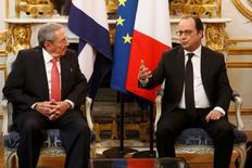Le président cubain, Raul Castro, à l'Elysée avec François Hollande. La France et Cuba ont signé lundi un accord portant sur la conversion d'une partie des arriérés de la dette cubaine en un fonds franco-cubain doté de 212 millions d'euros. /Photo prise le 1er février 2016/REUTERS/Philippe Wojazer