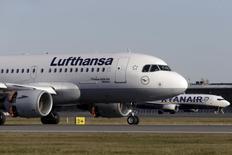 Lufthansa Airbus A319-100 aircraft moves past Ryanair Boeing 737-800 aircraft as it lands at Riga InternationalRyanair devrait transporter plus de passagers que Lufthansa cette année pour la première fois, /photo prise le 28 octobre 2015/REUTERS/Ints Kalnins