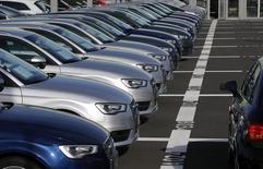 Les ventes de voitures neuves ont progressé de quelque 3% en janvier en Allemagne par rapport au même mois de 2015. L'association VDA des constructeurs automobiles fait état de 218.400 immatriculations le mois dernier sur le premier marché européen. /Photo d'archives/REUTERS/Michael Dalder