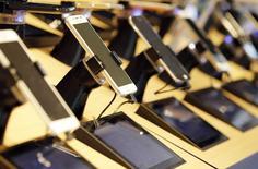 Los reguladores de la Unión Europea propusieron el martes lanzar un espectro móvil en todo el bloque de 28 países para mejorar el acceso a los servicios y tecnologías de Internet, incluidas áreas remotas. Teléfonos móviles y tabletas expuestas en una tienda de la operadora de telecomunicaciones francesa Orange en  Buerdeos, Francia, el 3 de julio de 2015. REUTERS/Regis Duvignau