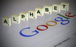 """La palabra """"Alphabet"""" formada con letras del juego de mesa """"Scrabble"""" sobre la pantalla de un computador con la página de búsqueda de Google, en esta ilustración fotográfica tomada en París, Francia, 11 de agosto de 2015. REUTERS/Pascal Rossignol"""