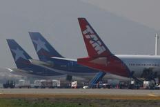 Unos aviones de LAN y TAM en el aeropuerto internacional de Santiago, ago 14, 2010. LATAM Airlines, el mayor grupo aéreo de América Latina, dijo el martes que adoptará medidas de mitigación ante los eventuales efectos de un paro parcial de trabajadores aeronáuticos en Brasil.  REUTERS/Ivan Alvarado