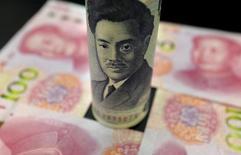 Купюры 1.000 иен и 100 юаней. Пекин, 21 января 2016 года. Японская иена выросла в среду по отношению к доллару США, поскольку резкое падение цен на нефть спровоцировало бегство инвесторов в безопасные активы, снизив доходность американских казначейских облигаций до 10-месячного минимума и ослабив привлекательность американской валюты. REUTERS/Jason Lee