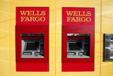 La banque américaine Wells Fargo annonce qu'elle versera la somme de 1,2 milliard de dollars (1,09 milliard d'euros) pour régler à l'amiable une affaire de poursuites en civil concernant des prêts garantis par la Federal Housing Administration (FHA), l'administration fédérale en charge du logement, entre 2001 et 2010. /Photo prise le 25 janvier 2016/REUTERS/Mike Blake