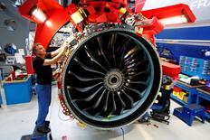 CFM International, une coentreprise entre Snecma (groupe Safran) et General Electric, doit produire par an, à partir de 2020, 2.000 moteurs d'avions LEAP en partant de zéro, un pari fou dont l'aéronautique raffole. Le premier exemplaire de ce moteur doit être livré en avril à Airbus et il équipera l'A320neo. /Photo prise le 6 janvier 2016/REUTERS/Philippe Wojazer