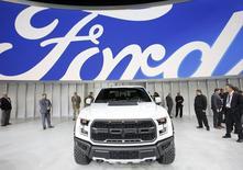 Foto de archivo de la camioneta Ford F-150 2017 a la muestra en el Show Internacional del Automóvil de Norte América, en Detroit. 11 de enero de 2016. Ford reveló el miércoles planes para recortar cientos de empleos a nivel ejecutivo en Europa y renovar su gama de modelos, para mantener la rentabilidad en la región. REUTERS/Mark Blinch