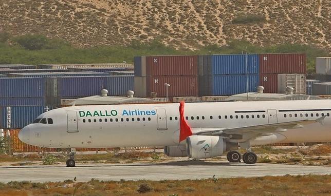 2月3日、アフリカのソマリアの首都モガディシオからジブチへ向けて飛行していたダーロ航空のエアバスA321機で爆発が起きて機体に穴が開き、男性1人が死亡した。写真は緊急着陸後の同機(2016年 ロイター/Feisal Omar)