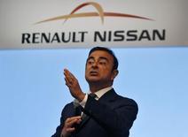 Carlos Ghosn, patron de Renault Nissan. L'action Renault est à suivre jeudi à la Bourse de Paris après l'annonce que l'alliance Renalt Nissan a vendu 8,52 millions de véhicules en 2015, en hausse de près de 1%, grâce à des ventes record aux Etats-Unis, en Chine et en Europe. /Photo d'archives/REUTERS/Babu