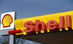 Royal Dutch Shell a fait état jeudi de son plus faible bénéfice annuel depuis au moins treize ans et s'est promis de prendre de nouvelles dispositions pour surmonter le pire marasme du marché pétrolier en plus de dix ans. /Photo prise le 8 avril 2015/REUTERS/Arnd Wiegmann