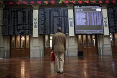 El Ibex-35 rebotaba a media sesión ganando alrededor de un 1 por ciento, tras las fuertes caídas de la víspera, impulsado por los buenos resultados al cierre de Wall Street y la subida del crudo. En la imagen, un hombre mira pizarras electrónicas en la Bolsa de Madrid. REUTERS/ Susana Vera