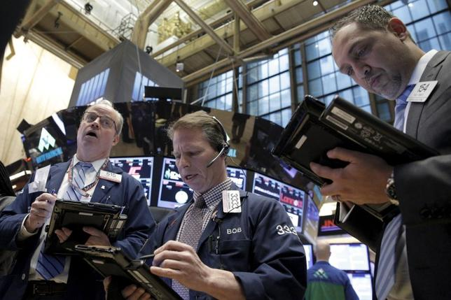 Traders work on the floor of the New York Stock Exchange February 2, 2016. REUTERS/Brendan McDermid