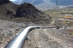Газопровод около армянского селения Агарак у границы с Ираном 19 марта 2007 года. Армения, зависящая от помощи и инвестиций Москвы, надеется убедить ее снизить цены на природный газ, чтобы уменьшить нагрузку на бизнес и население, и так пострадавшие от российского экономического спада. REUTERS/PHOTOLURE/Melik Baghdasarian