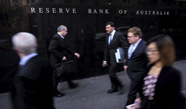 2月5日、豪準備銀行(中銀)は発表した四半期金融政策報告で、向こう1年間の経済成長率がトレンドを下回り、インフレ率も緩やかとの見通しを示した。写真はシドニーで昨年5月撮影(2016年 ロイター/Jason Reed)