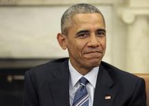 El presidente de Estados Unidos, Barack Obama, propondrá un impuesto de 10 dólares por barril de petróleo en el plan de presupuesto que presentará la próxima semana, en momentos en que el Gobierno busca aumentar las inversiones del país en proyectos de transporte limpios, dijo el jueves la Casa Blanca. En la imagen, el presidente de EEUU Barack Obama durante una reunión bilateral con el presidente de Colombia Juan Manuel Santos en el Despacho Oval, el 4 de febrero de 2016.      REUTERS/Joshua Roberts