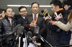 Le directeur général de Foxconn, Terry Gou, a déclaré vendredi que le  groupe taïwanais devrait être en mesure de signer un accord de rachat de Sharp dans les deux à trois semaines à venir, les deux sociétés étant tombées d'accord sur la plupart des points soulevés lors d'une réunion qui s'est tenue vendredi à Osaka. /Photo prise le 5 février 2016/REUTERS/Kyodo