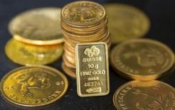 Слитки золота демонстрируются в Лондоне.  Рынок золота близок к максимальной отметке с конца октября и готовится завершить неделю наиболее сильным ростом за месяц благодаря ослаблению доллара США. REUTERS/Neil Hall