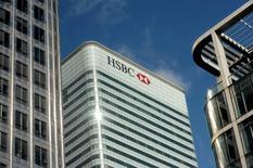 HSBC va verser 470 millions de dollars (422 millions d'euros) pour régler des procédures lancées par différentes autorités américaines, qui accusaient la banque britannique de pratiques abusives en matière de saisies immobilières. /Photo d'archives/REUTERS/Kieran Doherty