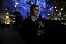 Le ministre argentin des Finances Luis Caputo après une rencontre avec des fonds spéculatifs américains,  à New York. L'Argentine a soumis vendredi une proposition à ses créanciers visant à régler un contentieux vieux de plus de 10 ans, remontant aux 100 milliards de dollars (86 milliards d'euros) de dette souveraine sur lesquels le pays avait fait défaut en 2002. /Photo prise le 5 février 2016/REUTERS/Brendan McDermid
