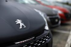 PSA Peugeot Citroën versera des indemnités à l'Iran pour le départ brutal de PSA du marché iranien en 2012, dans le cadre du nouveau contrat signé entre Téhéran et le constructeur automobile français, selon le ministre iranien du Commerce et de l'Industrie, Mohammad Reza Nematzadeh. /Photo prise le 29 avril 2015/REUTERS/Benoît Tessier