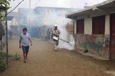 La rápida propagación del virus de Zika está desanimando a muchos estadounidenses a viajar a América Latina y el Caribe, con el 41 por ciento de los que conocen la enfermedad asegurando que es menos probable que visiten esa zona, mostró un sondeo de Reuters/Ipsos. En la foto, un hombre fumiga unas viviendas en Carti, Panamá, 2 de febrero de 2016.  REUTERS/Panama Ministry of Health/Handout via Reuters