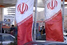 Banderás iraníes en una gasolinera en Teherán, Irán, 25 de enero de 2016. Irán posee una participación en un proyecto de refinería en Malasia y está considerando adquirir participaciones en proyectos en otros cinco países, dijo el director gerente de la Empresa Nacional de Ingeniería y Construcción Petrolera Iraní (NIOEC), citado el lunes por la agencia de noticias Shana. REUTERS/Raheb Homavandi/TIMA  SOLO PARA USO EDITORIAL
