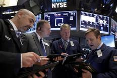 Operadores trabajando en la Bolsa de Nueva York. 5 de febrero de 2016. Las acciones estadounidenses operaban el lunes con pronunciadas bajas luego de la apertura de la sesión, golpeadas por los títulos de las empresas de tecnología y la caída de los precios del crudo, en medio de la inquietud por la desaceleración de la economía global. REUTERS/Brendan McDermid