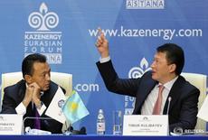 Министр нефти и газа Казахстана Саят Мынбаев (слева) слушает Тимура Кулибаева, председателя ассоциации Kazenergy и зятя президента страны Нурсултана Назарбаева, 4 октября 2011 года. Правительство Казахстана планирует субсидировать кредиты местным компаниям, столкнувшимся с высокими процентными ставками, сказал Кулибаев журналистам во вторник в Алма-Ате. REUTERS/Mukhtar Kholdorbekov
